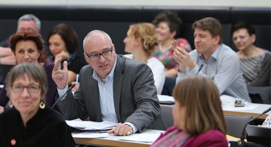 Matthias W. Birkwald, rentenpolitischer Sprecher der Fraktion DIE LINKE. im Bundestag, im Interview über das Rentenfiasko der Großen Koalition, das für Millionen Menschen Alterarmut bedeutet