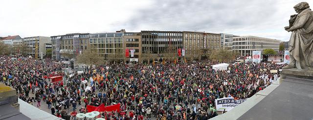 Bei einer beeindruckenden Demonstration gegen das Freihandelsabkommen TTIP und CETA in Hannover waren viele Mitglieder der LINKEN, unter ihnen zahlreiche Abgeordnete aus dem Bundestag, den Ländern und Regionen dabei. Mehrere Zehntausend Teilnehmerinnen und Teilnehmer machten den Protest gegen die umstrittenen Abkommen zu einem öffentlichen Ereignis