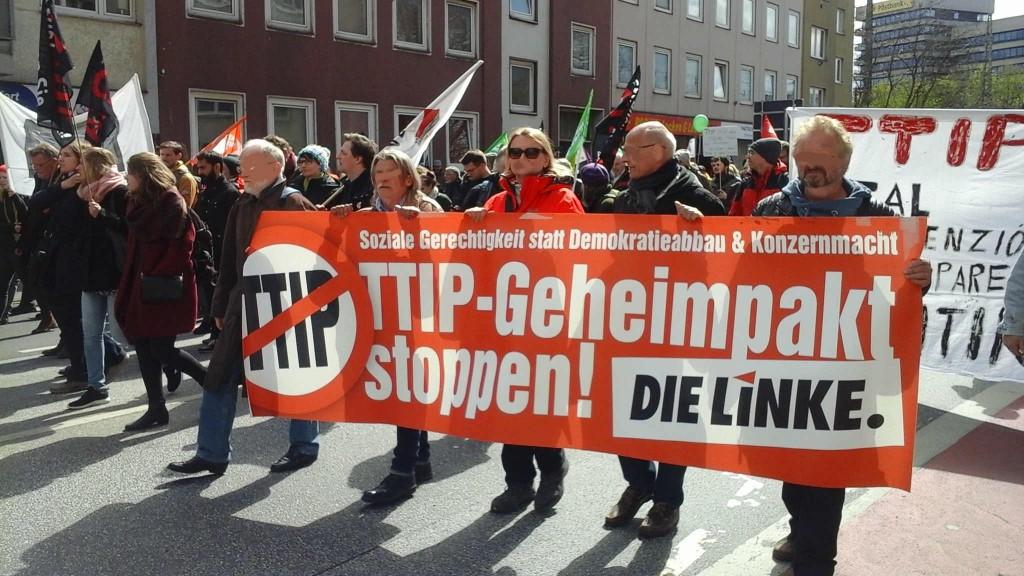 Auch die Mitglieder der Partei die Linke aus dem Rhein-Neckar Raum waren nach Hannover gekommen, um gegen TTIP und CETA zu demonstrieren.