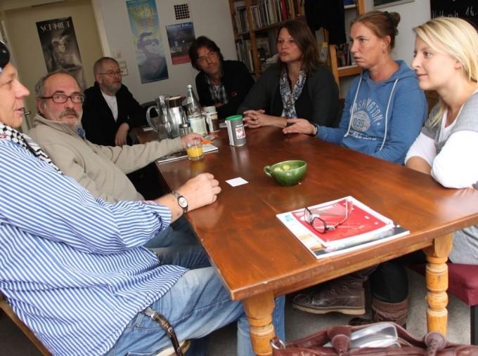 Aline Binz, Anja Schnell und Ursula Neef (von rechts) von der Reutlinger Arbeiterbildung helfen zusammen mit ehrenamtlichen Beratern wie etwa Peter Luksch (Zweiter von links) Erwerbslosen bei ihren Problemen mit dem Jobcenter oder auch mit dem Selbstwertgefühl. FOTO: Norbert Leister