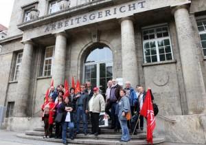Bildmitte Günther Albrecht, blaues Hemd, vorm Arbeitsgericht mit Sympathisanten/Innen
